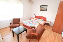 Студия (гостиная+кухня). Черногория, Тиват : Студия с балконом в центре Тивата