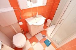 Ванная комната. Черногория, Тиват : Студия с балконом в центре Тивата