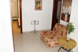 Гостиная. Черногория, Петровац : Апартамент для 4 человек с двумя отдельными спальнями, с балконом и видом на сад
