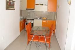 Кухня. Черногория, Петровац : Апартамент для 4 человек с двумя отдельными спальнями, с балконом и видом на сад