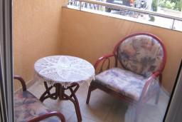 Балкон. Черногория, Петровац : Апартамент для 4 человек с двумя отдельными спальнями, с балконом и видом на сад