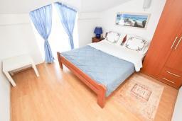 Спальня. Черногория, Булярица : Апартамент с отдельной спальней, с балконом с видом на море, 10 метров от пляжа