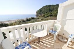 Балкон. Черногория, Булярица : Апартамент с отдельной спальней, с балконом с видом на море, 10 метров от пляжа
