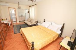 Гостиная. Черногория, Росе : Этаж дома с большой гостиной, 2-мя отдельными спальнями, с 2-мя ванными комнатами, балконом с шикарным видом на море, возле пляжа