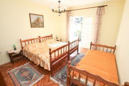 Спальня. Черногория, Росе : Этаж дома с большой гостиной, 2-мя отдельными спальнями, с 2-мя ванными комнатами, балконом с шикарным видом на море, возле пляжа
