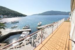 Балкон. Черногория, Росе : Этаж дома с большой гостиной, 2-мя отдельными спальнями, с 2-мя ванными комнатами, балконом с шикарным видом на море, возле пляжа