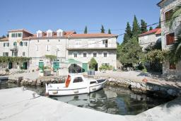 Фасад дома. Черногория, Росе : Каменный дом с 2-мя гостиными, с 4-мя спальнями, с 4-мя ванными комнатами, с террасой и местом для барбекю, с балконом с шикарным видом на море, на береговой линии, Wi-Fi