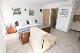 Спальня. Черногория, Росе : Каменный дом с 2-мя гостиными, с 4-мя спальнями, с 4-мя ванными комнатами, с террасой и местом для барбекю, с балконом с шикарным видом на море, на береговой линии, Wi-Fi