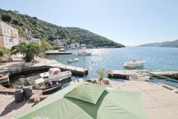 Вид. Черногория, Росе : Каменный дом с 2-мя гостиными, с 4-мя спальнями, с 4-мя ванными комнатами, с террасой и местом для барбекю, с балконом с шикарным видом на море, на береговой линии, Wi-Fi