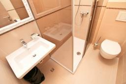 Ванная комната. Черногория, Игало : Студия с балконом, 50 метров до моря