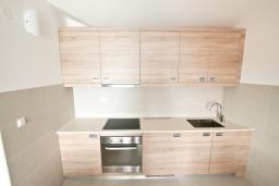 Кухня. Черногория, Игало : Апартамент с большой гостиной, с 2-мя отдельными спальнями, с 2-мя балконами с шикарным видом на море, возле пляжа