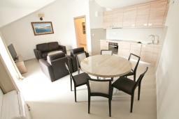 Гостиная. Черногория, Игало : Апартамент с большой гостиной, с 2-мя отдельными спальнями, с 2-мя балконами с шикарным видом на море, возле пляжа
