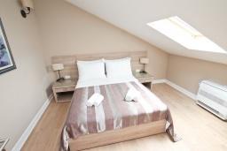Спальня. Черногория, Игало : Апартамент с большой гостиной, с 2-мя отдельными спальнями, с 2-мя балконами с шикарным видом на море, возле пляжа