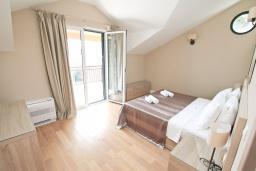 Спальня 2. Черногория, Игало : Апартамент с большой гостиной, с 2-мя отдельными спальнями, с 2-мя балконами с шикарным видом на море, возле пляжа
