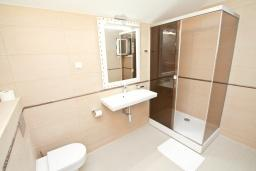 Ванная комната. Черногория, Игало : Апартамент с большой гостиной, с 2-мя отдельными спальнями, с 2-мя балконами с шикарным видом на море, возле пляжа