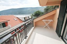 Балкон. Черногория, Игало : Апартамент с большой гостиной, с 2-мя отдельными спальнями, с 2-мя балконами с шикарным видом на море, возле пляжа