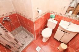 Ванная комната. Черногория, Доня Ластва : Апартамент в 20 метрах от пляжа, с гостиной и отдельной спальней, для 4-5 человек