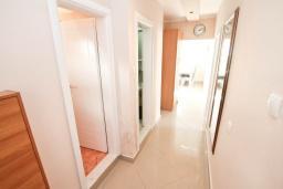 Коридор. Черногория, Доня Ластва : Апартамент в 20 метрах от пляжа, с кухней, двумя отдельными спальнями и двумя ванными комнатами, для 4-6 человек