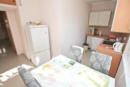 Кухня. Черногория, Доня Ластва : Апартамент в 20 метрах от пляжа, с кухней, двумя отдельными спальнями и двумя ванными комнатами, для 4-6 человек