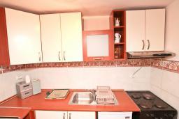 Кухня. Черногория, Игало : Апартамент с большой гостиной, отдельной спальней и террасой