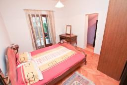 Спальня. Черногория, Игало : Апартамент с большой гостиной, отдельной спальней и террасой