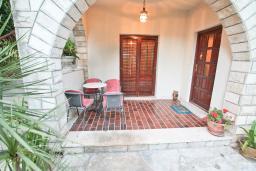 Терраса. Черногория, Игало : Апартамент с большой гостиной, отдельной спальней и террасой