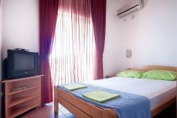 Спальня 2. Черногория, Петровац : Апартаменты с отдельной спальней, с балконом с видом на море