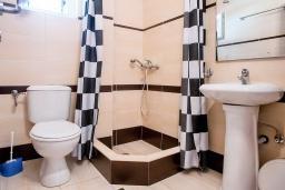 Ванная комната. Черногория, Петровац : Апартаменты с отдельной спальней, с балконом с видом на море