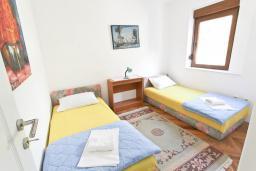 Спальня. Черногория, Будва : Двухэтажный дом с бассейном в Будве, площадью 200м2 с 2-мя гостиными, 4-мя спальнями, 2-мя ванными комнатами, с террасой и местом для барбекю