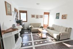 Гостиная. Черногория, Будва : Двухэтажный дом с бассейном в Будве, площадью 200м2 с 2-мя гостиными, 4-мя спальнями, 2-мя ванными комнатами, с террасой и местом для барбекю