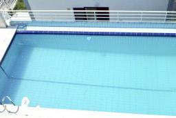 Бассейн. Черногория, Будва : Двухэтажный дом с бассейном в Будве, площадью 200м2 с 2-мя гостиными, 4-мя спальнями, 2-мя ванными комнатами, с террасой и местом для барбекю