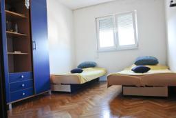 Спальня. Черногория, Бар : Апартамент с гостиной, тремя спальнями, двумя санузлами и балконами