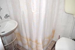 Ванная комната. Черногория, Ульцинь : Студия с балконом и шикарным видом на море, с телевизором и кондиционером