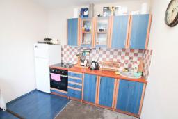 Кухня. Черногория, Герцег-Нови : Апартамент 2 спальни в Савина (Герцег-Нови) в 30 метрах от пляжа с зелёным садом и террасой, оборудованная кухня, стиральная машина, кондиционеры, интернет, спутниковое ТВ,