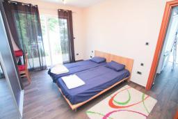 Спальня. Черногория, Герцег-Нови : Апартамент 2 спальни в Савина (Герцег-Нови) в 30 метрах от пляжа с зелёным садом и террасой, оборудованная кухня, стиральная машина, кондиционеры, интернет, спутниковое ТВ,