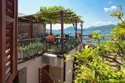 Терраса. Черногория, Пржно / Милочер : Двухэтажный каменный дом на берегу моря, с большой террасой и шикарным видом на море, с тремя спальнями (одна из них с кухней)