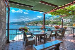 Вид на море. Черногория, Пржно / Милочер : Двухэтажный каменный дом на берегу моря, с большой террасой и шикарным видом на море, с тремя спальнями (одна из них с кухней)