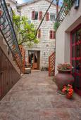 Территория. Черногория, Пржно / Милочер : Двухэтажный каменный дом на берегу моря, с большой террасой и шикарным видом на море, с тремя спальнями (одна из них с кухней)