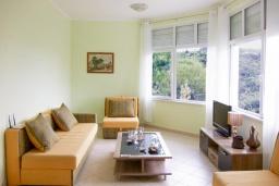 Гостиная. Черногория, Утеха : 3-х этажный дом в Полюшково в 50 метрах от пляжа с 4-мя отдельными спальнями, с 5-ю ванными комнатами, с большой гостиной, кухней, с комнатой отдыха. несколько парковочных мест