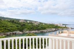 Вид на море. Черногория, Утеха : 3-х этажный дом в Полюшково в 50 метрах от пляжа с 4-мя отдельными спальнями, с 5-ю ванными комнатами, с большой гостиной, кухней, с комнатой отдыха. несколько парковочных мест