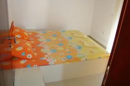 Спальня. Черногория, Петровац : Люкс апартамент для 5 человек с двумя отдельными спальнями, с балконом и видом на море