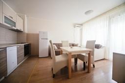 Гостиная. Черногория, Добра Вода : Апартамент с гостиной, отдельной спальней и балконом с видом на море