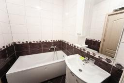 Ванная комната. Черногория, Добра Вода : Апартамент с гостиной, отдельной спальней и балконом с видом на море
