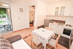 Обеденная зона. Черногория, Игало : Апартамент с гостиной, отдельной спальней и террасой
