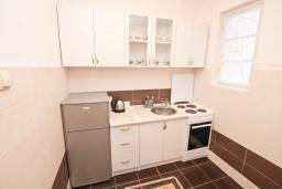 Кухня. Черногория, Игало : Апартамент с гостиной, отдельной спальней и террасой