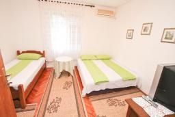 Спальня. Черногория, Игало : Апартамент с гостиной, отдельной спальней и террасой