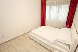 Спальня. Черногория, Сутоморе : Современный апартамент возле пляжа, с большой гостиной, отдельной спальней, балконом и боковым видом на море