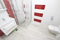Ванная комната. Черногория, Сутоморе : Современный апартамент возле пляжа, с большой гостиной, отдельной спальней, балконом и боковым видом на море