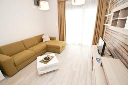 Гостиная. Черногория, Сутоморе : Современный апартамент возле пляжа, с большой гостиной, отдельной спальней, балконом и боковым видом на море