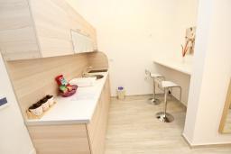 Кухня. Черногория, Сутоморе : Современный апартамент возле пляжа, с большой гостиной, отдельной спальней, балконом и боковым видом на море